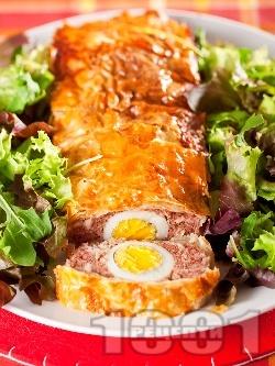 Празнично руло от телешка и пилешка кайма в готови кори, пълнено с варени яйца - снимка на рецептата